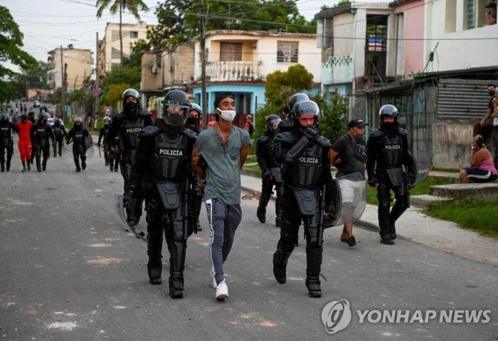 반정부 시위 불 끄려는 쿠바…소셜미디어 막고 무더기 체포